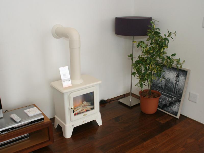 暖炉型のデザインがユニークな「暖炉型電気ファンヒーター SFA2040J」。希望小売価格は63,000円
