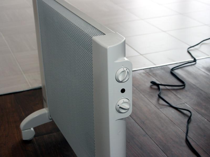 操作パネルは本体側面に設けられている