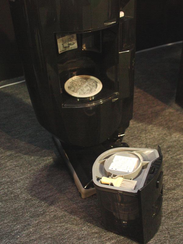集塵容量は300ml。サイクロン式のため、紙パックは不要