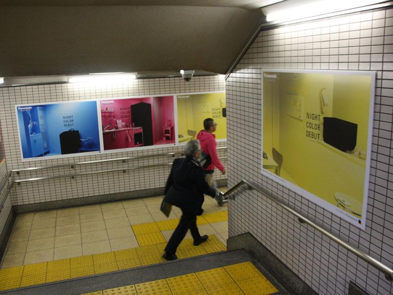 NIGHT COLORの宣伝ポスター。鮮やかな色の中に製品の黒さが強調されている(地下鉄の青山一丁目駅にて撮影)