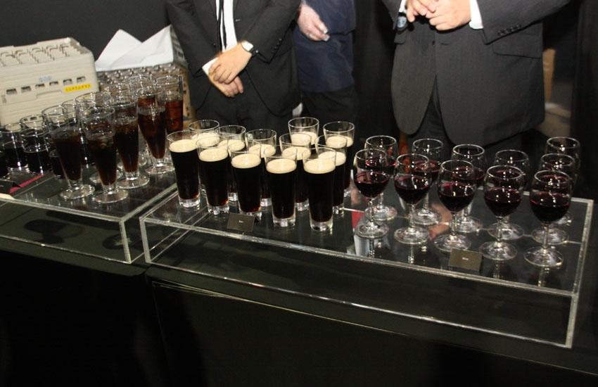 ドリンクも黒ビールと黒ウーロン茶という徹底っぷり
