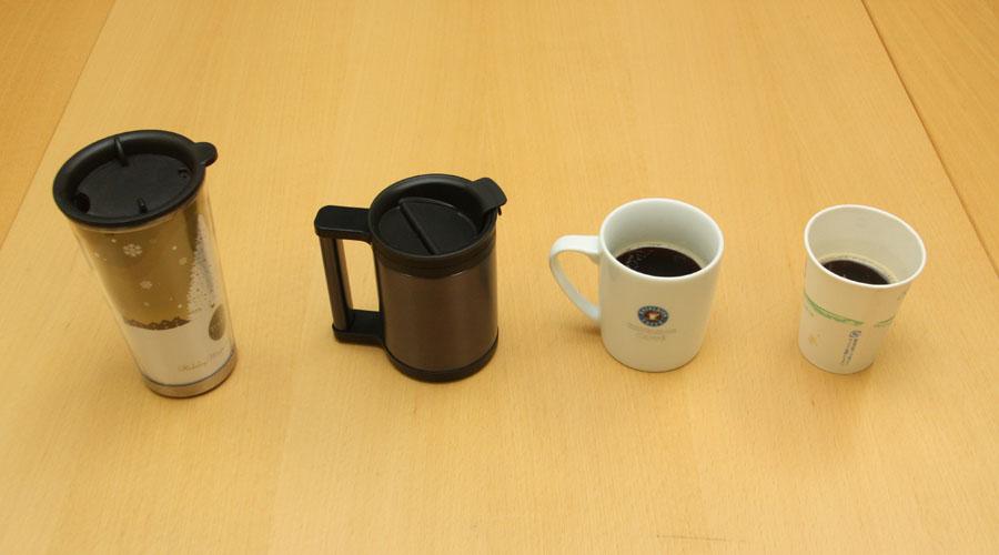 同時に、カフェで買ったタンブラーマグ(写真左)とマグカップ(右から2番目)、紙カップ(右)の保温性能も調べてみる。コーヒーの量は、それぞれのカップの5~6分目ほど