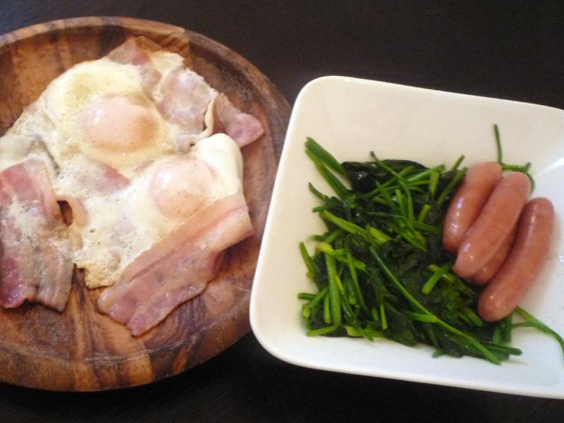 包丁を使わずに作った朝食メニュー。ベーコンも万能バサミで切った