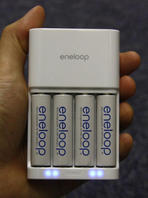 充電中に、本体のランプが点灯する点も同じ。細かいことを言うと、青ランプがeneloop充電池と合っているため、N-TGR01AS(左)の方が見栄えが良いか