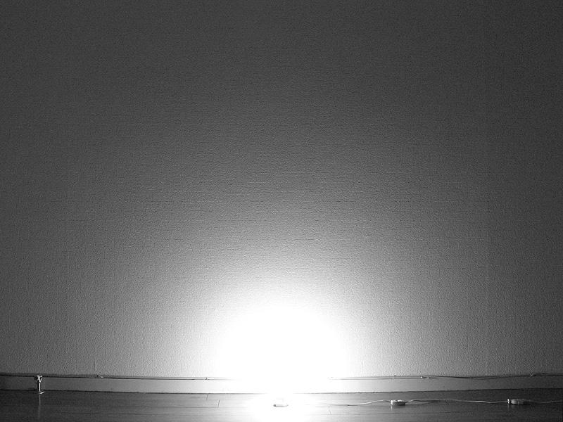 <b>【白熱電球:60W】<br></b>ソケットぎりぎりまで明るいため、床面に近いところから、電球を中心に光が広がっている