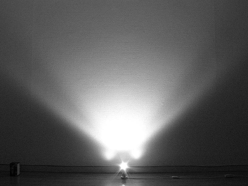 <b>【ライフレッズ】<br></b>白熱電球のように、電球の回りに球形に光りは拡散しない。スポットライトのように直線的な光を放つ。そのため光は遠くまで届くが、ソケット方向へは光りがほとんど回っていない
