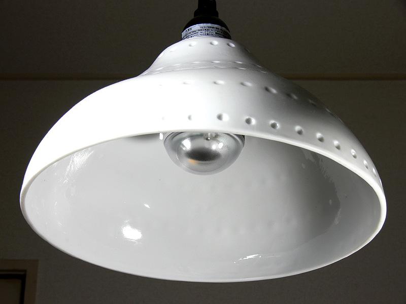 <b>【ライフレッズ】<br></b>ヒートシンクが短く器具とのバランスは良いが、光源部分がメタリックでかなり異質な雰囲気。白熱電球とは大きく異なる