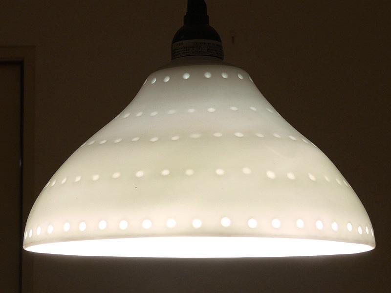 光を透過する陶器のシェードに一般的なLED電球を取り付けた場合、全体が柔らかく輝くが……(写真では三菱電機オスラム「パラトンA55」を使用)