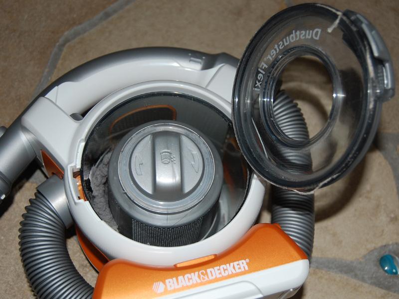 本体中心部のモーターを回転させ、ゴミと空気を分離するサイクロン方式
