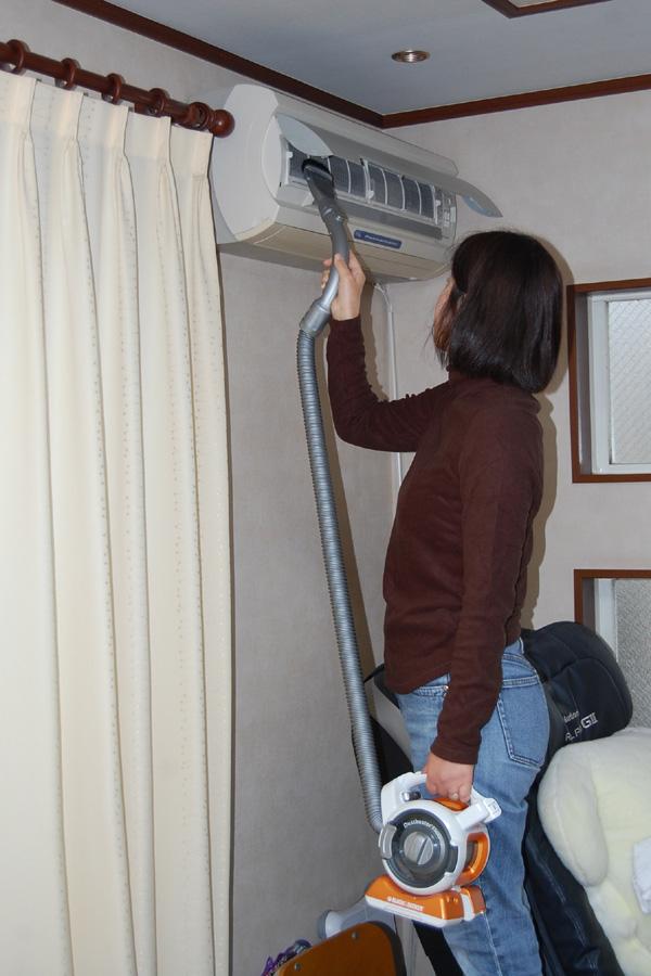 高いところの掃除が楽。本体はぶら下げたままノズルだけを高い位置に持ち上げれば済む