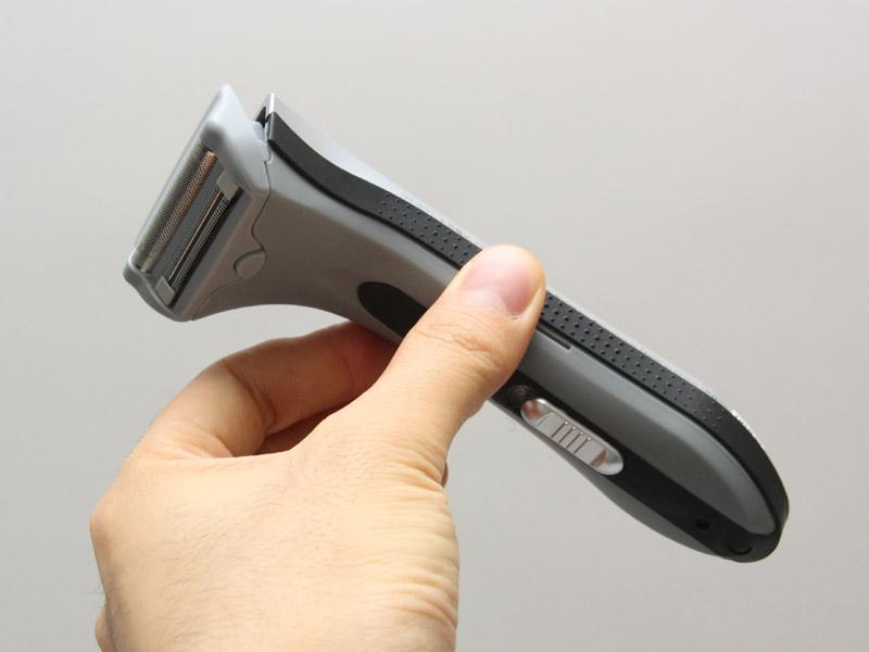 本体側面にはゴムのグリップが用意されている。コンパクトさ、軽さとの相乗効果で非常に持ちやすい。