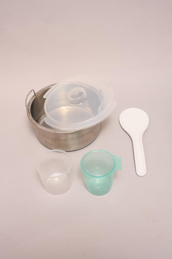 付属品として、調理なべとそのフタ。そして白米用の計量カップ(白)と無洗米用の計量カップ(緑)がある。無洗米のカップは171ccとチョット小さめになっている