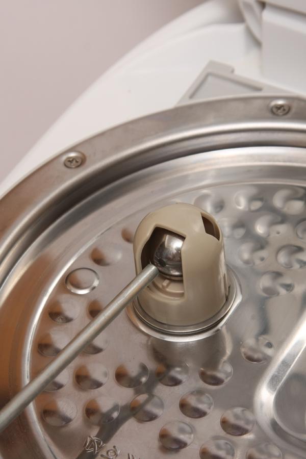 圧力式炊飯器では一般的な、内フタ裏にある鉄球の圧力バルブ