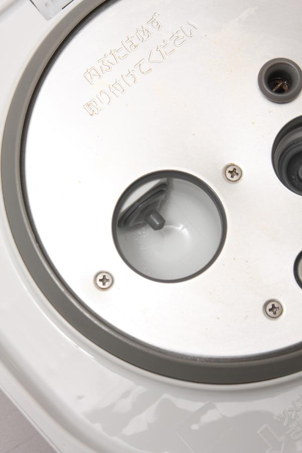 鉄球式のバルブを開閉するソレノイド(電磁石)。バルブは開くか閉じるかのデジタル