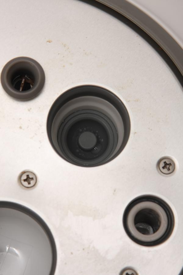 ステッピングモーターで制御されたバルブ調整機。中央の突起が出たり引っ込んだりする。