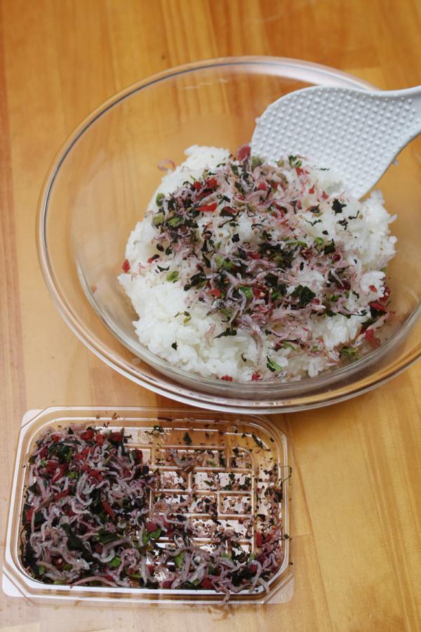 炊き立てのご飯に市販の梅ジャコを混ぜ、軽く塩を振る