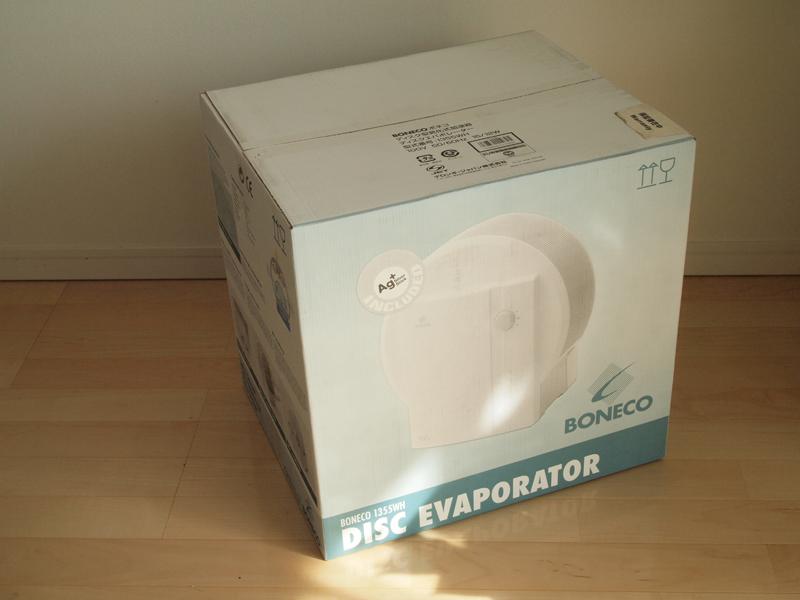 ボネコ「ディスク型気化式加湿器 ディスクエバポレーター 1355WH」。かなり大きな本体で、もちろん梱包の箱も巨大。これを取っておくのは大変そうです