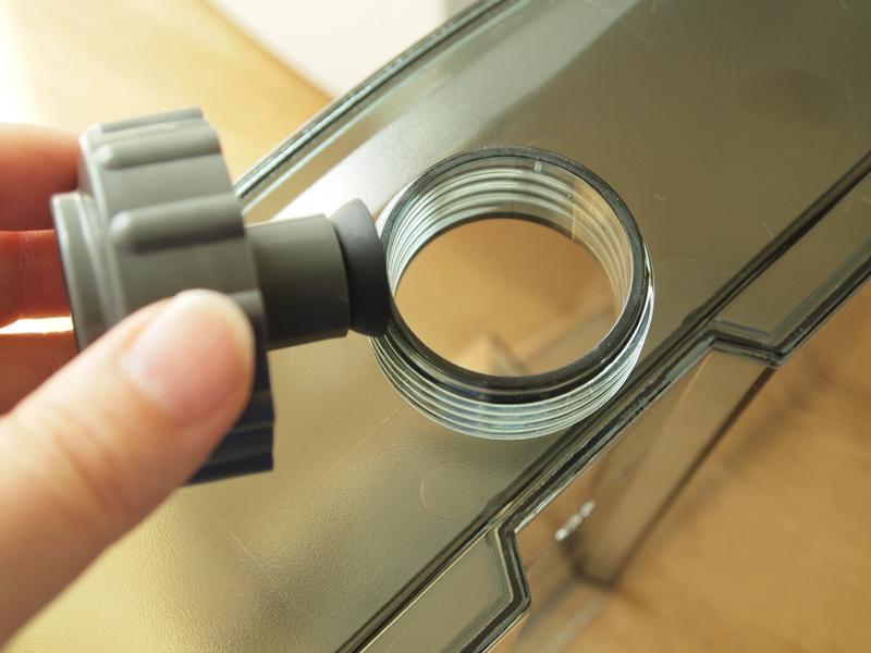 給水タンクには栓を開けて水道水を直接入れられます