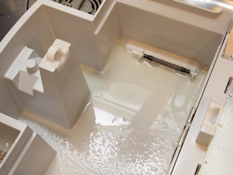空気の浄化機能で、本体下部の水槽にはホコリがたまります。週1回程度の手入れがおすすめ