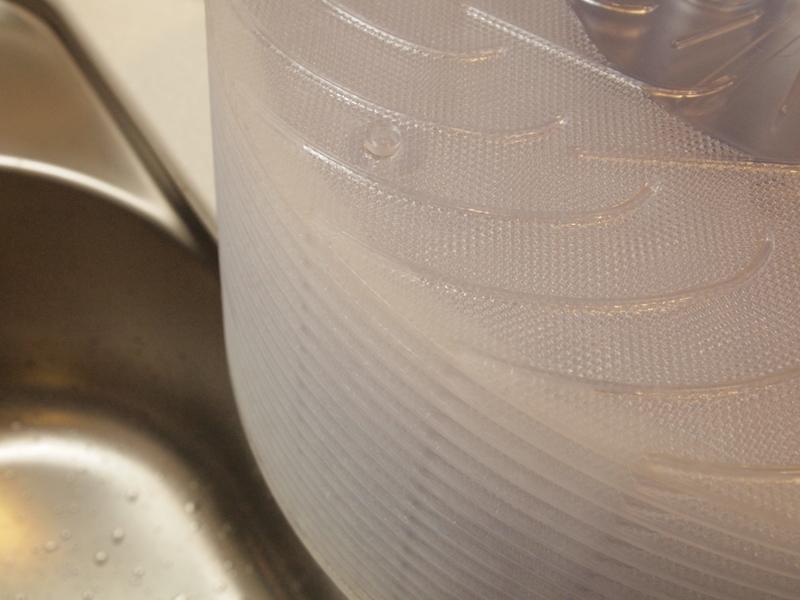 フチに白くついているのが石灰分。付着していると逆に加湿機能は上がるので、すべて取り除く必要はありません