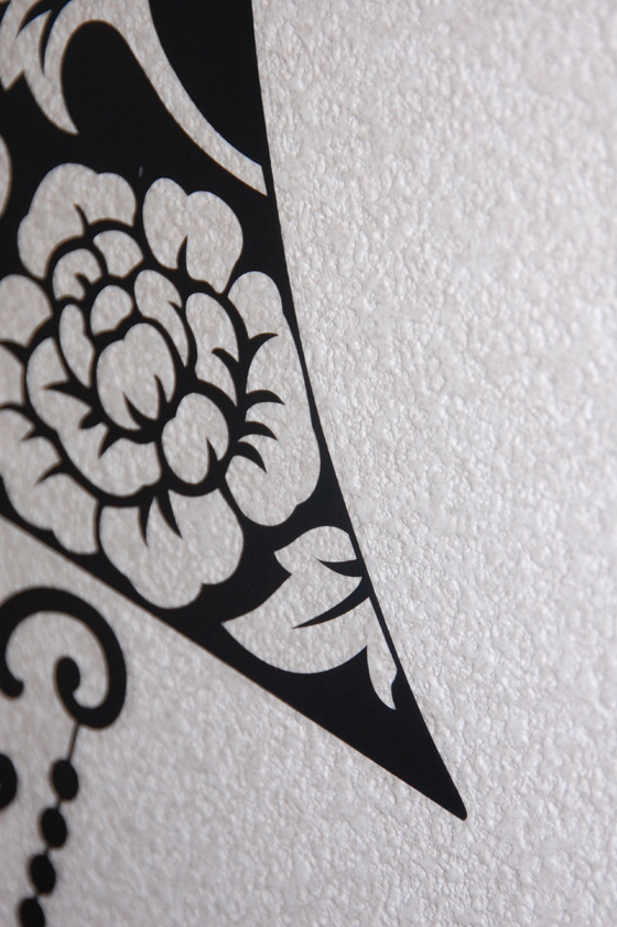 壁がデコボコしているが、きれいに貼ることができて満足