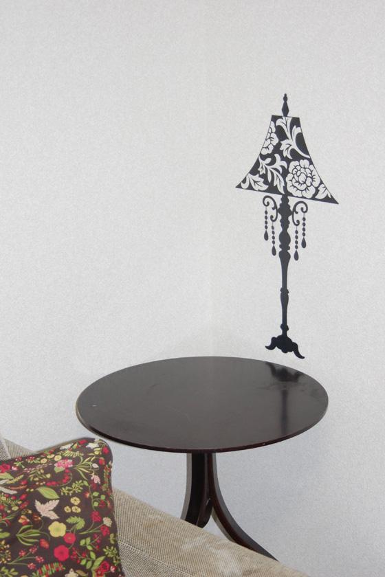 斜め前から撮影。前にテーブルがあるので、絵のランプと不思議な雰囲気を作っている