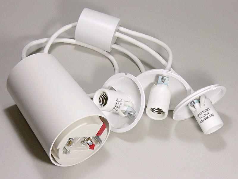大きめの引掛けシーリングと3つに枝分かれしたソケットが600mmのコードで繋がれている。これに電球形蛍光灯を取り付け、シェードをとりつける