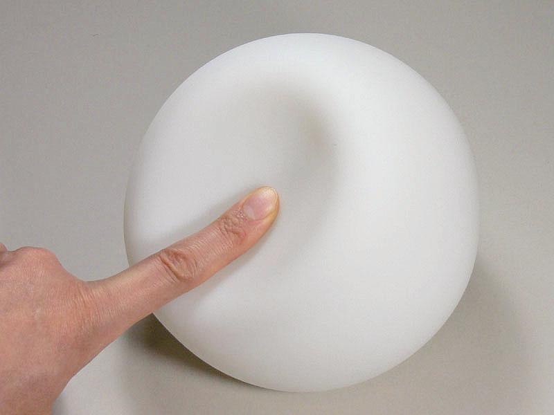 柔らかいシリコーン製のシェード。凹んでもすぐに形が戻る。ちょっとくらい雑に扱っても大丈夫