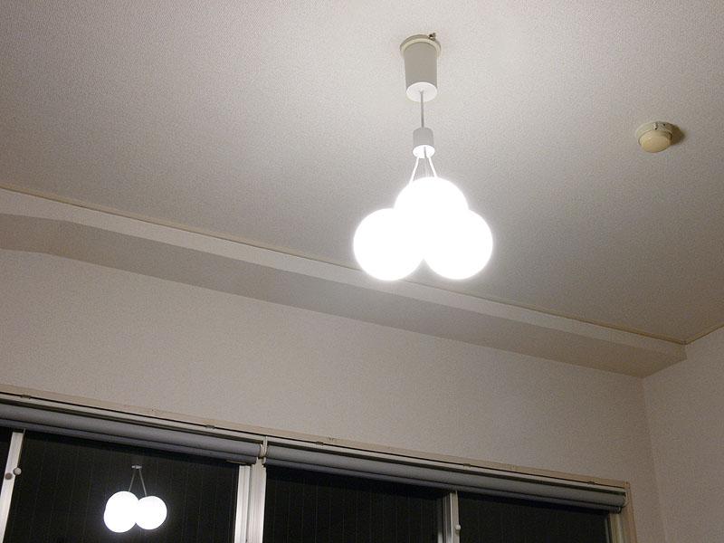 広い天井面も柔らかく照らし出され、四角い部屋に柔らかさを演出する