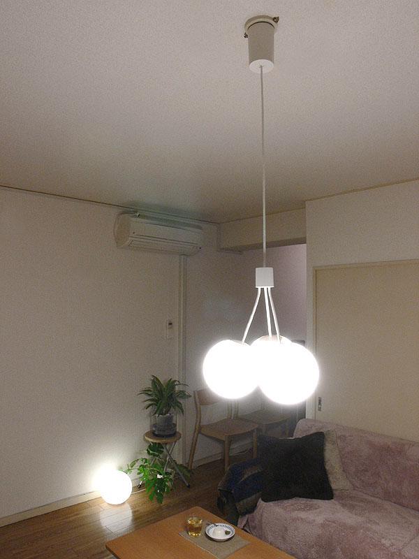 コードを最長まで伸ばすと、シェードの高さは部屋の高さの中間ぐらいの位置になる。テーブル面が一番明るく、天井、壁、床は同じぐらいの明るさとなる。