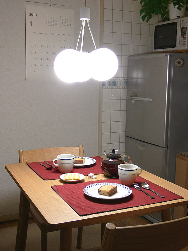 テーブル上に取り付けたところ。傘タイプのシェードよりも開放的な印象となる。テーブル面は510lxと明るくで、食事にも仕事にも向く