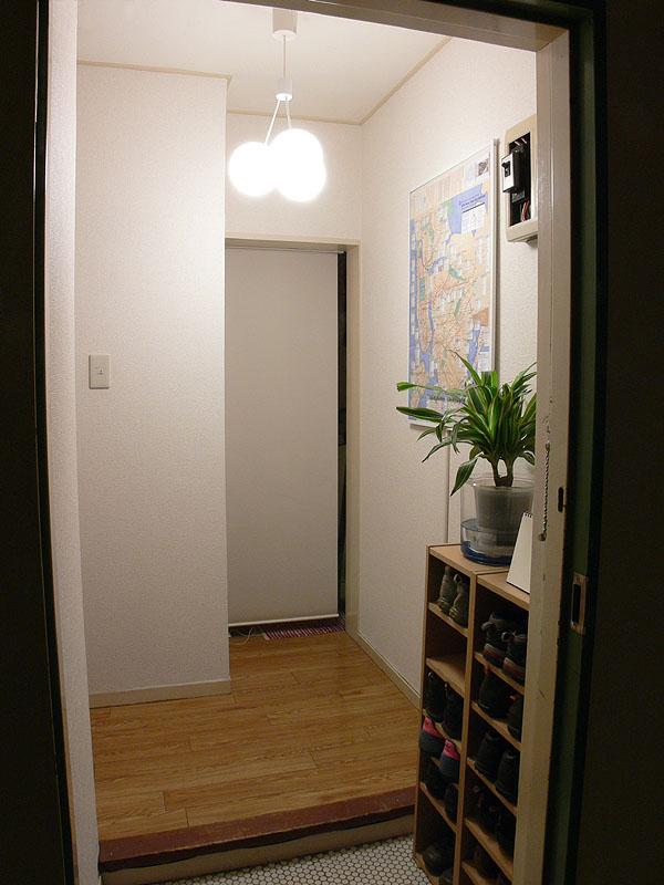 玄関のような狭い空間に取り付けても、シェードを通した柔らかい光で満たされるので、強い影ができにくく、親しみやすい雰囲気が演出できる