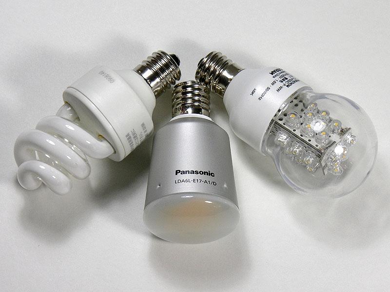 同梱の電球形蛍光灯(写真左)のほか、LED電球でも試してみた。使用したのは、パナソニックのエバーレッズ・E17口金用(写真中央)、三菱オスラムのパラトン10W形(写真右)