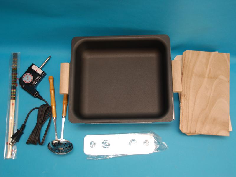 左から菜箸、コントローラー、おたま、本体と鍋、2枚の木ぶた。手前に仕切り用の金具