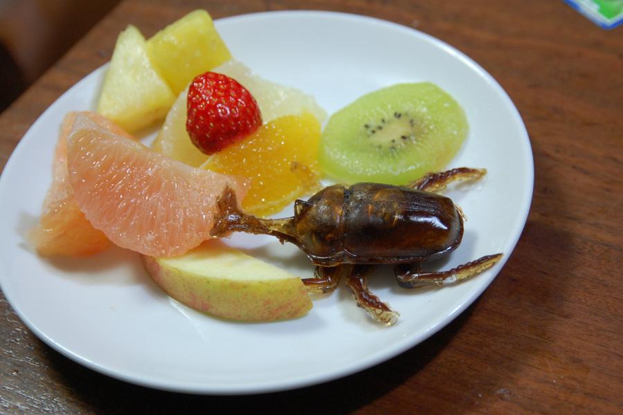 フルーツと組み合わせたカブトムシ。夏の虫かごを思い起こさせる、涼やかな一品だ