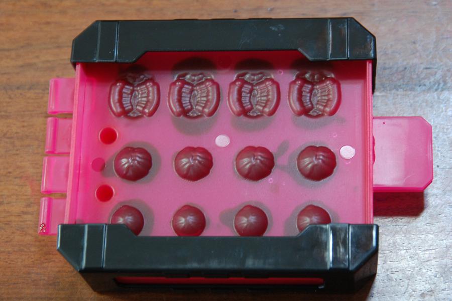 造形型おさえではさみ、冷蔵庫で冷やす。ダンゴムシで7分、オオクワガタやカブトムシは15分で固まる