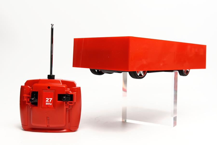 ラジコンカー本体とコントローラーが付属。説明書に明記されていないが、だいたい半径3mくらいまでは無線が届く