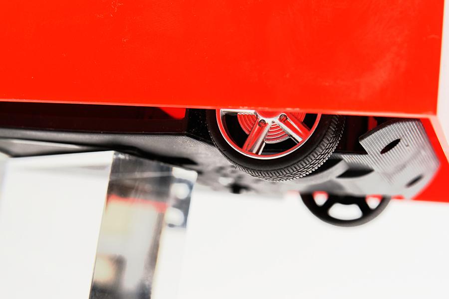 タイヤはシャフトと直結しているため、サスペンションはナシ。タイヤもハードなので耐衝撃性は皆無だ。一応、段差のないカーペットの上くらいなら走破できる