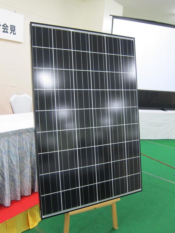 新工場で製造される変換効率16.9%のパネルのサンプル