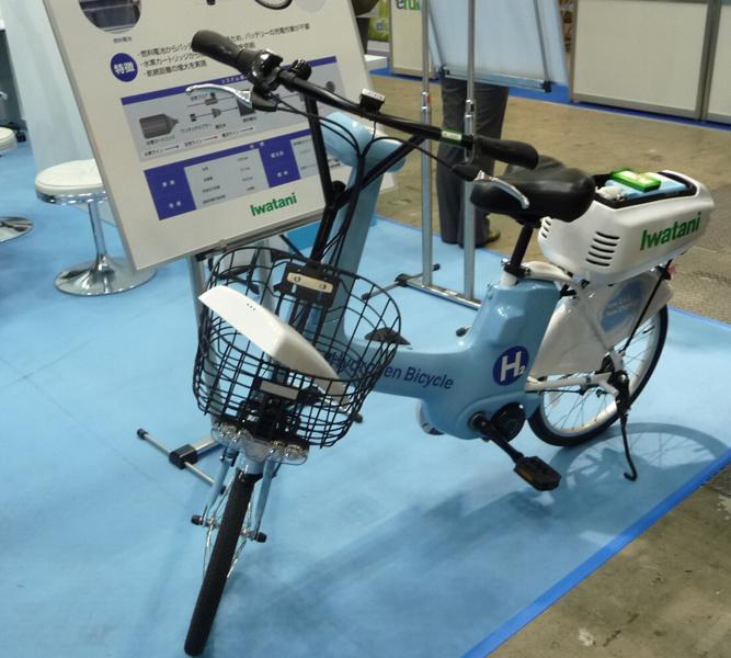 燃料電池を搭載した電動アシスト自転車。後部に燃料電池と燃料カートリッジを載せている。岩谷産業の展示ブースで撮影