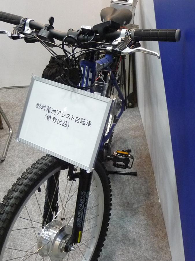 燃料電池を搭載した電動アシスト自転車の試作品。マウビックの展示ブースで撮影