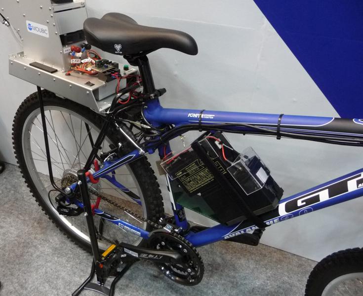 サドルの後部に燃料電池、フレームに二次電池を取り付けてある。マウビックの展示ブースで撮影