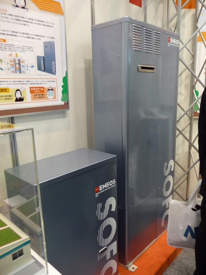 新日本石油が開発した住宅用SOFC給湯/発電システム。左手前が発電ユニット、右奥が貯湯ユニット。出力700W、目標発電効率45%、使用燃料は専用灯油。貯湯タンク容量は70L、貯湯温度は70℃。新日本石油の展示ブースで撮影