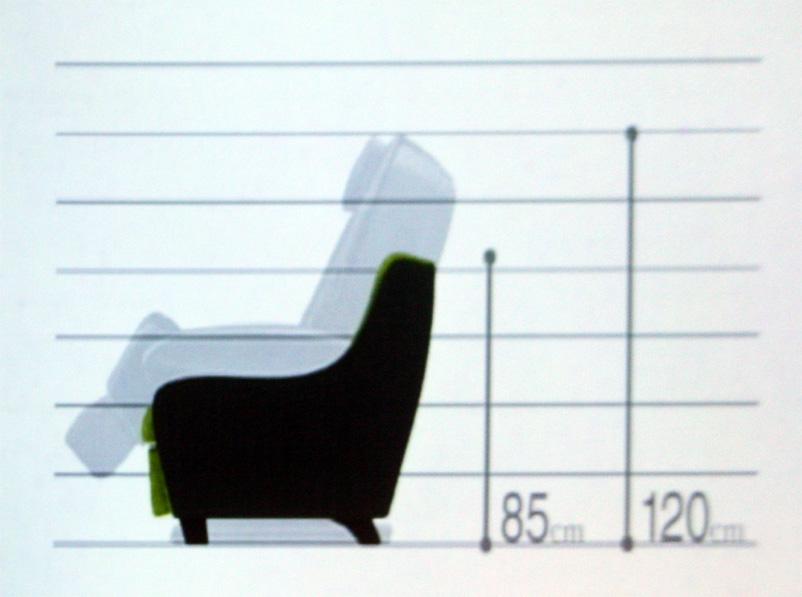 従来のマッサージチェアと比べると、高さを25cm抑えている