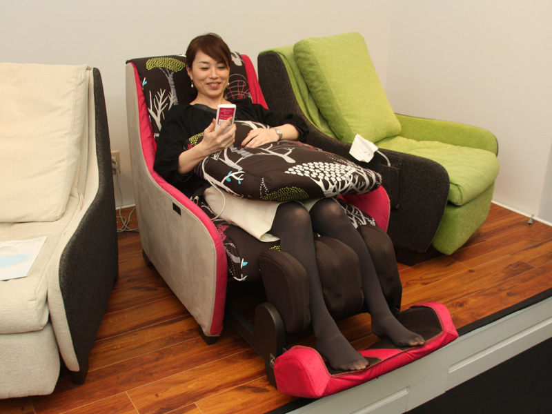 """初めてマッサージチェアを買うという人が8割超。女性の""""パーソナルソファ""""としての用途もあるという"""
