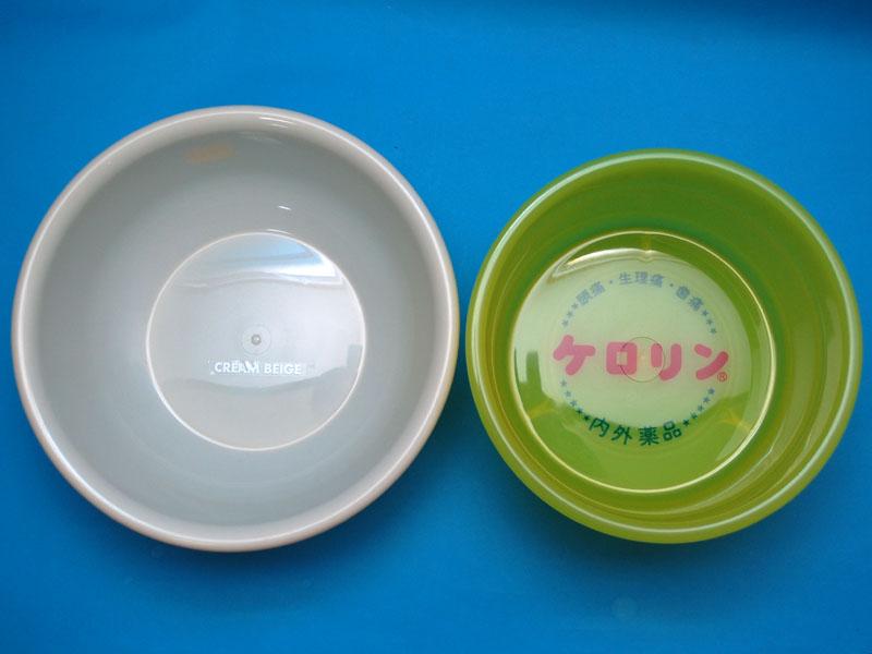 100円ショップで買った一般的な洗面器との比較。ケロリン湯桶は、口径が小さめで深いことがわかる