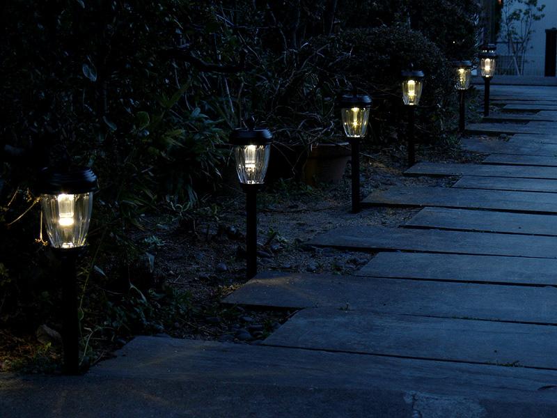 夕暮れ時になると自動的に点灯する。細かいことを言うと、LEDの光色のばらつきが多少あるが、あまり気にならない程度だった