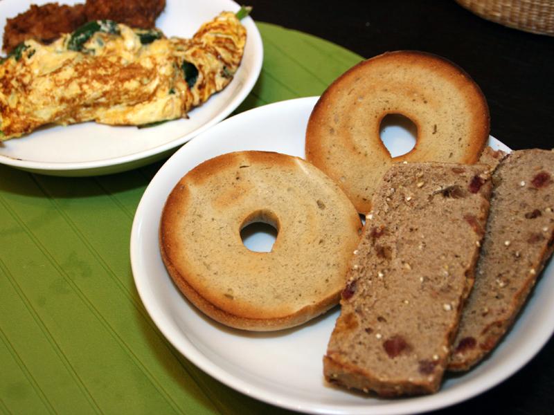 食べきれないからという理由でパンを買うことを控えていたが、冷凍パンを見直してからは食事に度々登場するように。食べ応えのあるライ麦パンやベーグルなら朝だけでなく夕食に食べても満足度は充分だ