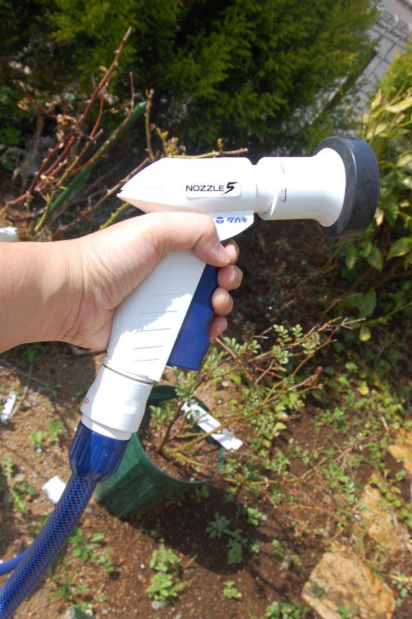 大きめのノズルで持ちやすい。レバーを一度引けば水が出続ける。長時間水を出すときに便利