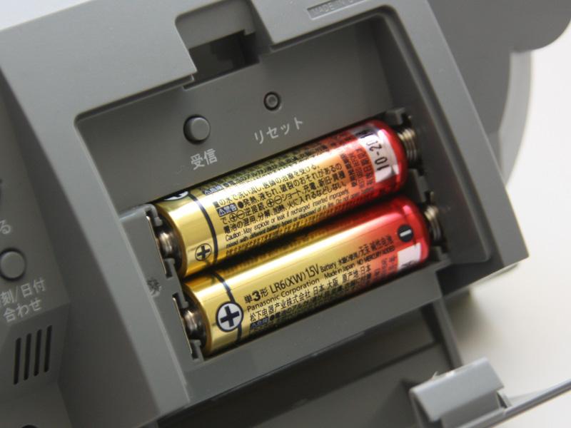 電源はアルカリ乾電池2本。購入時に付属する